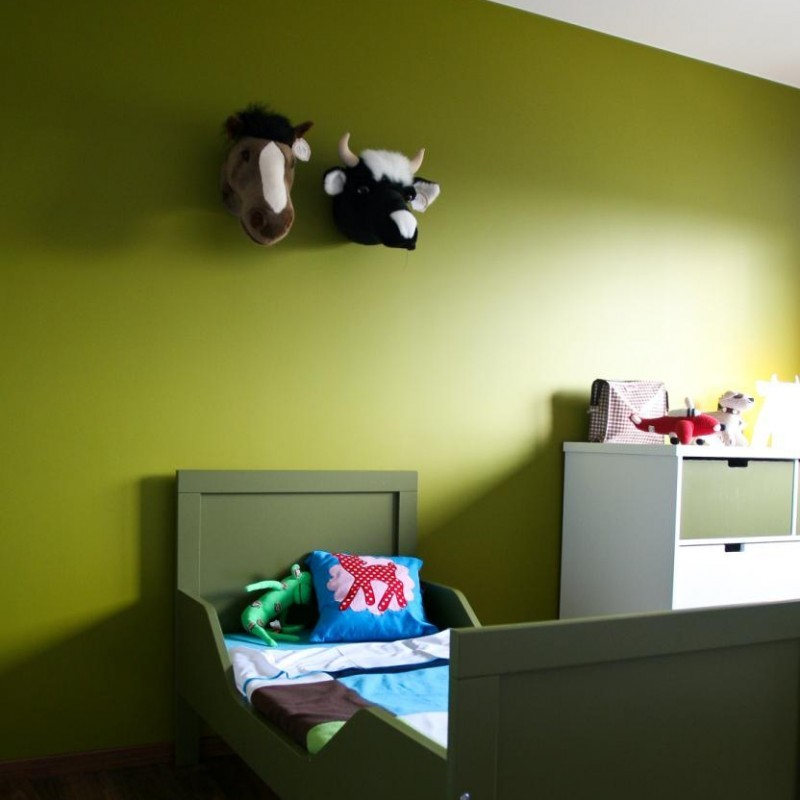 wandgestaltung im kinderzimmer mit origineller tiertroph e kuh aus pl sch. Black Bedroom Furniture Sets. Home Design Ideas