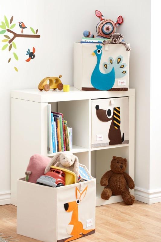 aufbewahrung im kinderzimmer spielzeugbox mit orangem. Black Bedroom Furniture Sets. Home Design Ideas