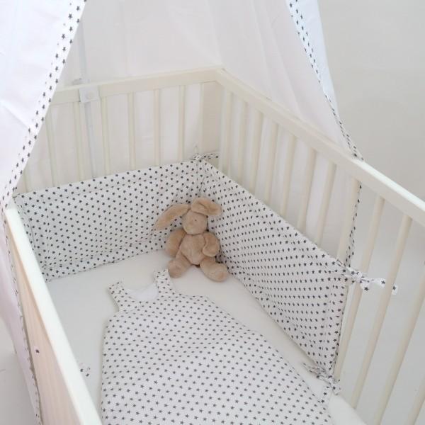 nestchen f rs babybett kuschelig und besch tzend traumhaft mit grauen sternen auf weiss. Black Bedroom Furniture Sets. Home Design Ideas