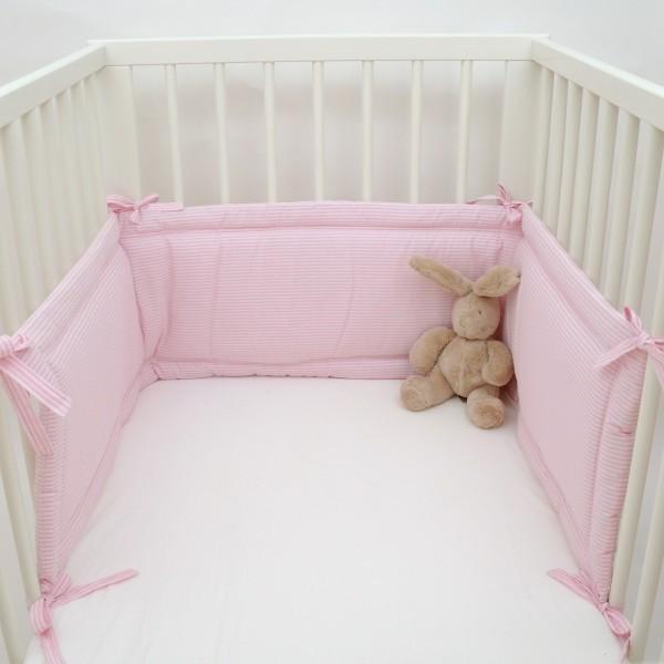 nestchen f rs babybett kuschelig und besch tzend stilvoll mit rosa streifen. Black Bedroom Furniture Sets. Home Design Ideas