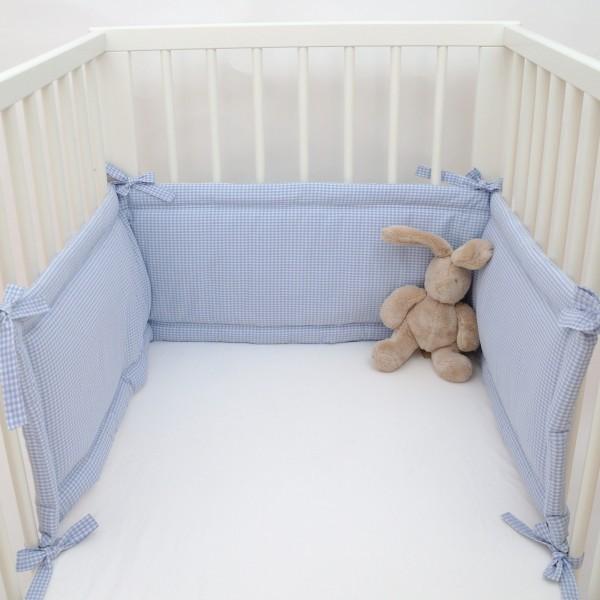 nestchen f rs babybett kuschelig und besch tzend klassisch mit vichy karo hellblau. Black Bedroom Furniture Sets. Home Design Ideas